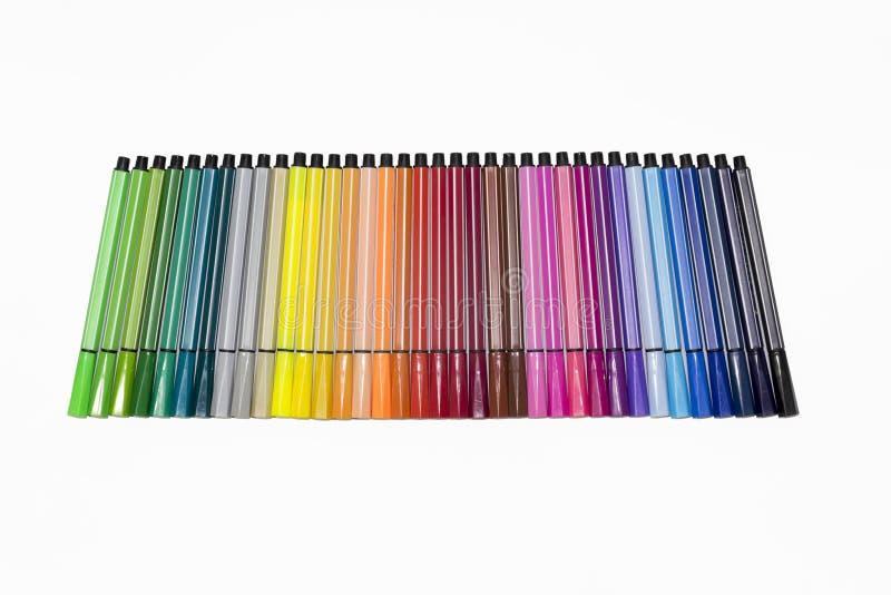 Encierre a los marcadores que todos los colores alinearon en el fondo blanco aislaron en blanco imagenes de archivo