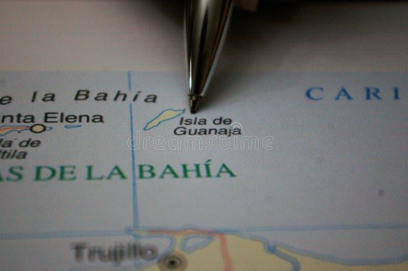 Encierre señalar en un mapa una isla Guanaja de Honduras foto de archivo libre de regalías