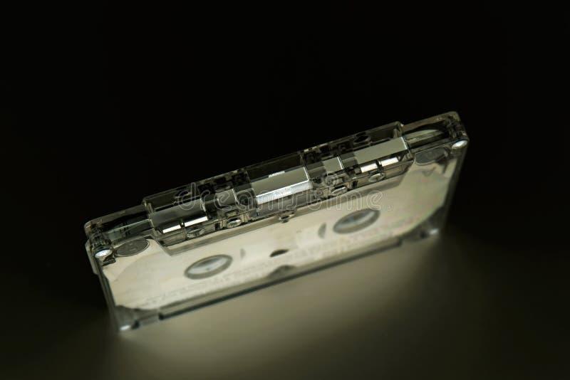 Encima de la cinta de casete en fondo negro fotos de archivo
