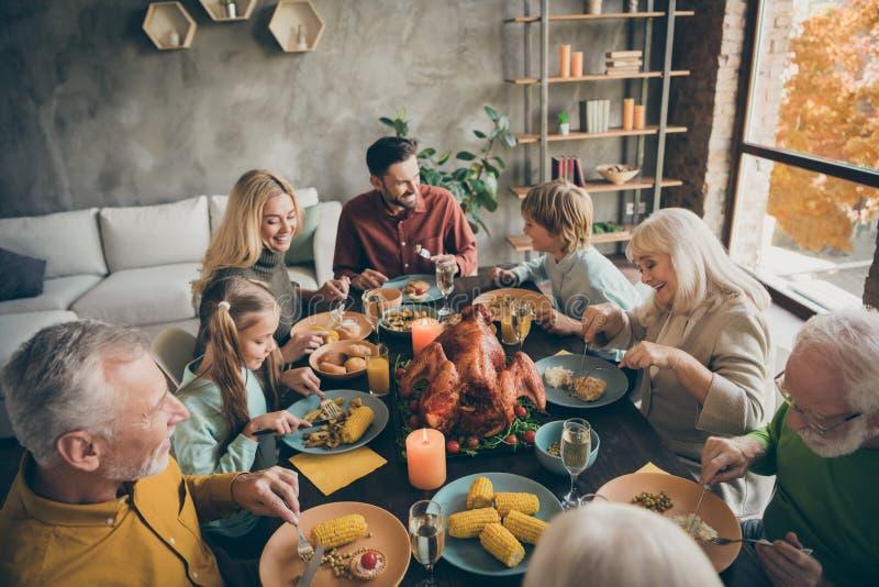 Encima de la vista panorámica retrato de agradables y alegres parejas de la familia completa hermano hermana que come la temporad imagen de archivo libre de regalías