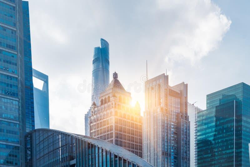 Encima de mirar rascacielos con horizonte en el distrito financiero de Shangai fotografía de archivo