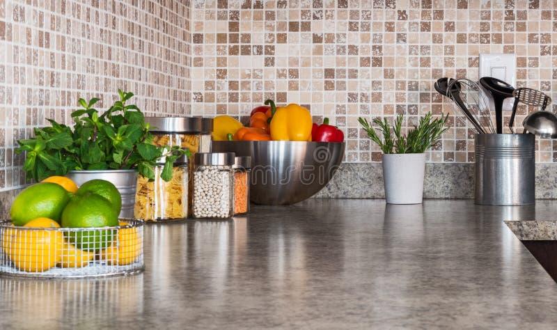Encimera de la cocina con los ingredientes alimentarios y las hierbas fotografía de archivo
