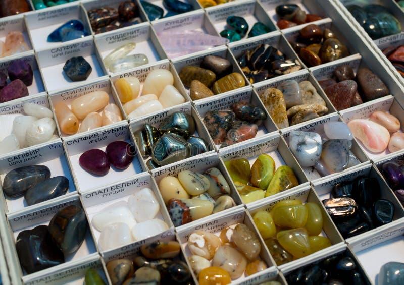 Encimera para la venta con una variedad de piedras preciosas semipreciosas y imagenes de archivo