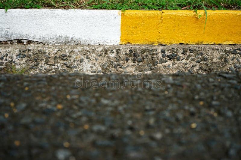 Encintado concreto y canal blancos y amarillos fotos de archivo