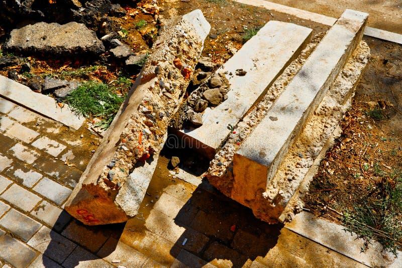 Encintados concretos desmontados en el lado del camino, ruina de la reparación del camino fotografía de archivo