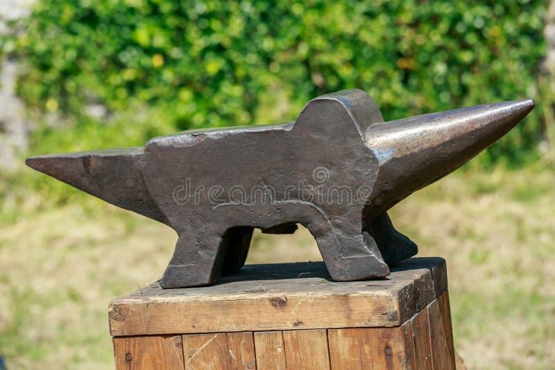Enclume de fer sur la table en bois image libre de droits