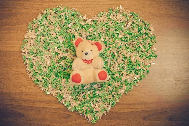 Encontrado en amor, forma del corazón del pavo real de la papiroflexia con las decoraciones del oso fotos de archivo
