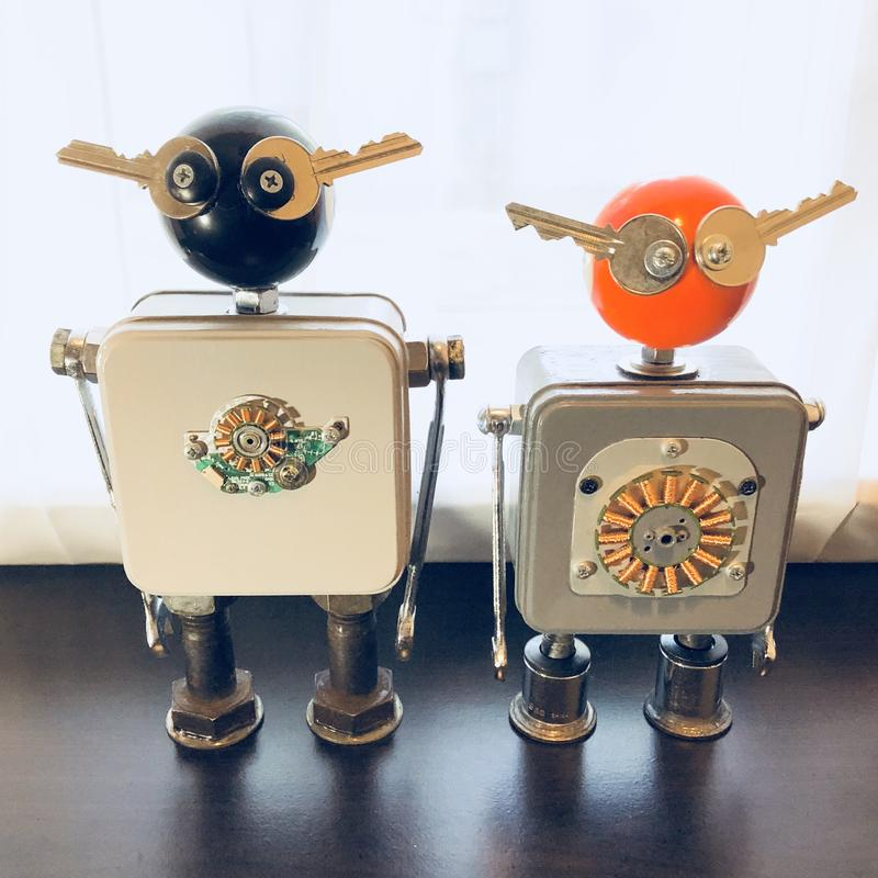 Encontrado se opone la escultura del robot foto de archivo libre de regalías