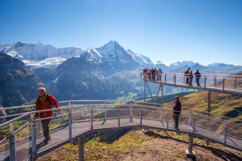 Encontrando Bergrestaurant primeiramente ao caminhar aos cumes de Grindelwald Bernese, Suíça imagens de stock royalty free