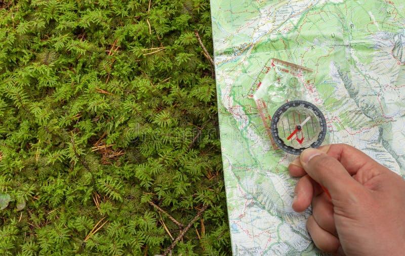Encontrando la posición correcta en el bosque con un compás, trace foto de archivo libre de regalías