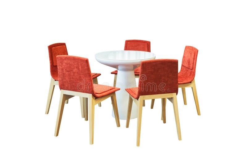 Encontrando a mesa redonda e cadeiras vermelhas do escritório para a conferência, isolat imagem de stock royalty free
