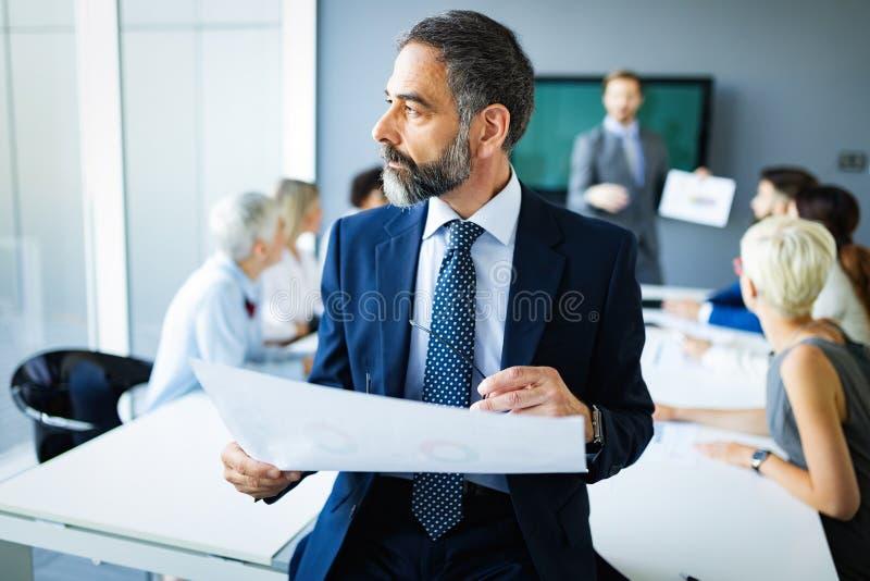 Encontrando o conceito incorporado do escritório dos trabalhos de equipe da sessão de reflexão do sucesso do negócio fotografia de stock