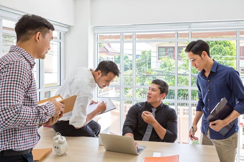 Encontrando o consultante para financeiro Dados planejando do homem de negócios do grupo no encontro Executivos que encontram-se  imagens de stock royalty free