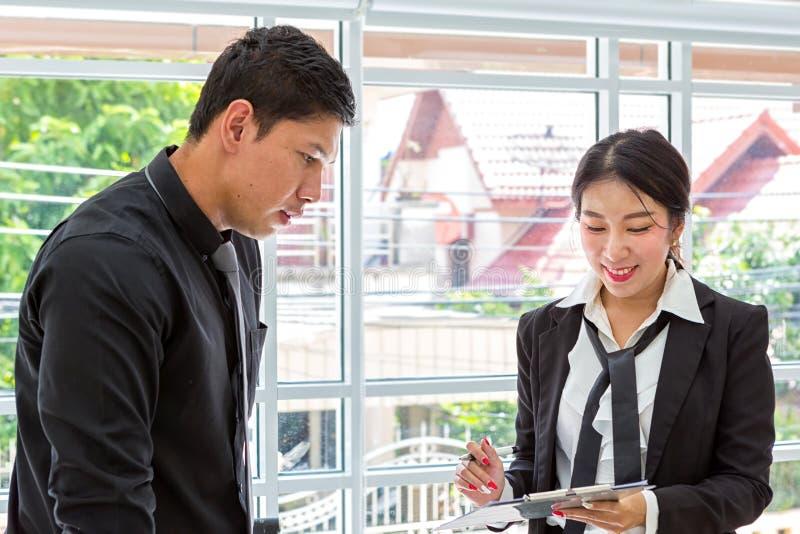 Encontrando o consultante para financeiro Equipe do negócio em uma reunião que olha uma folha de papel dados planejando do homem  foto de stock
