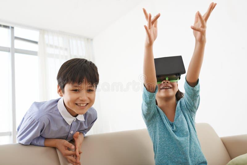 Encontrando a realidade virtual fotografia de stock royalty free