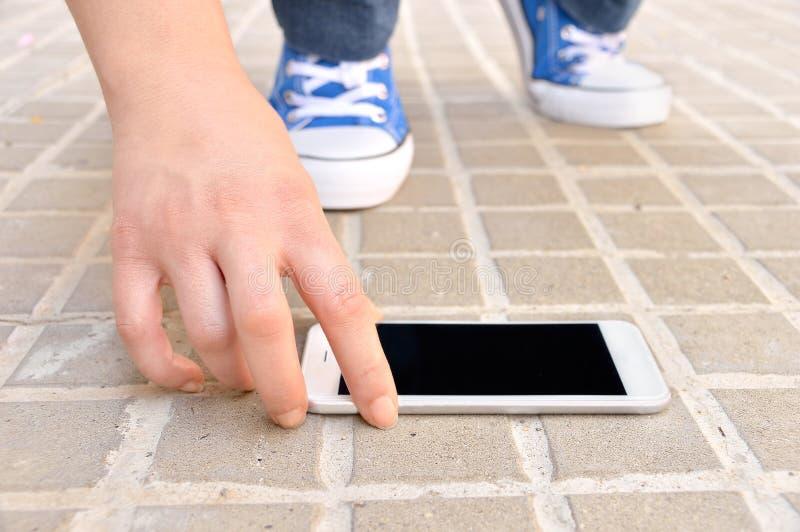 Encontrando um smartphone moderno na rua imagens de stock