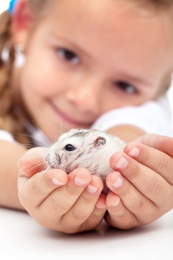 Encontre meu amigo pequeno - menina e seu hamster foto de stock royalty free