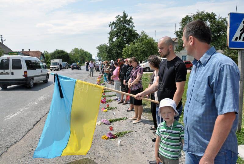 Encontre o corpo do soldado falecido em Ukraine_6 oriental imagens de stock