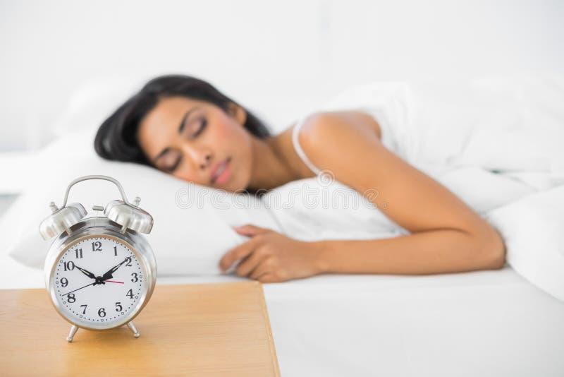 Encontro bonito calmo do sono da mulher em sua cama fotos de stock