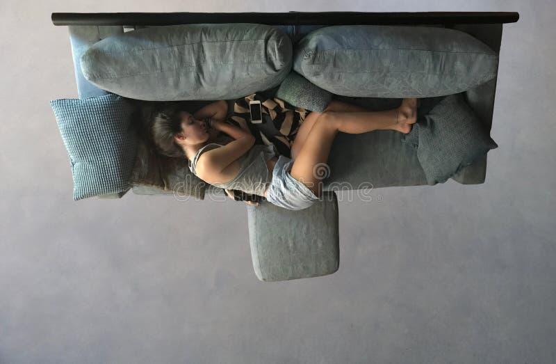 Encontro bonito do sono da menina na opinião do sofá de cima de imagens de stock royalty free