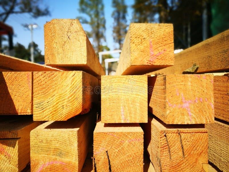 Encontro cúbico de madeira sob o sol fotografia de stock royalty free