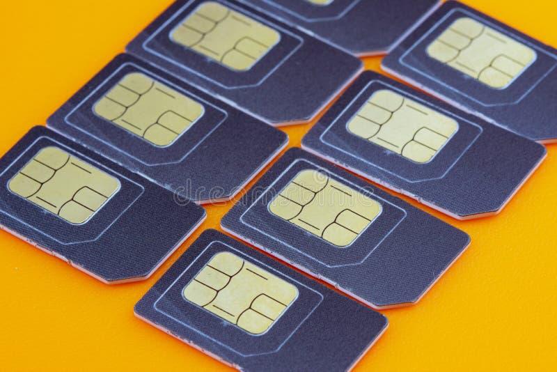 Encontro diagonalmente cartões de SIM em uma laranja fotografia de stock