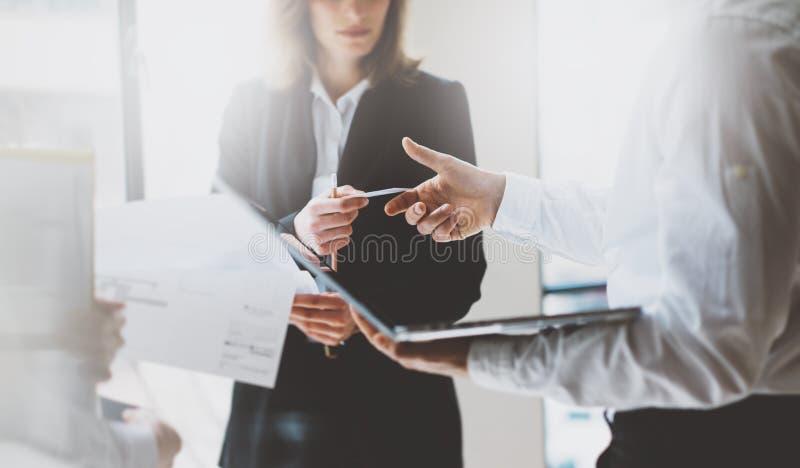 Encontro dos sócios comerciais da foto Team Presentation Mulher de negócio que dá o colega do cartão Projeto novo da apresentação foto de stock royalty free