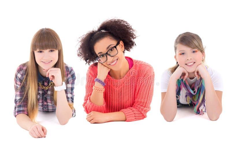 Encontro feliz de três adolescentes isolado no branco imagens de stock
