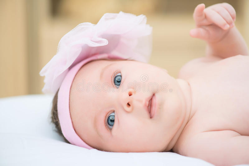 Encontro infantil bonito na cama fotos de stock
