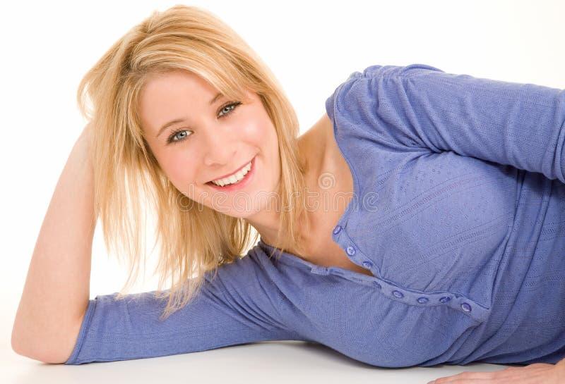 Encontro louro de sorriso bonito para baixo e relaxamento fotografia de stock