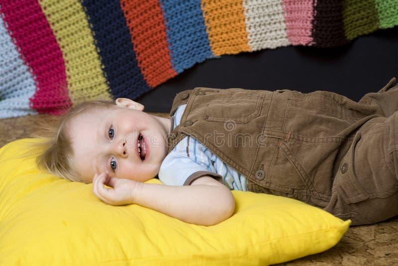Encontro louro de sorriso bonito pequeno do menino fotos de stock