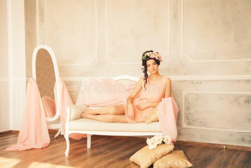 Encontro modelo bonito no sofá fotografia de stock royalty free