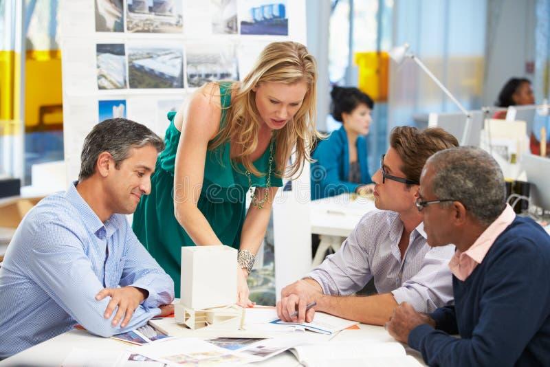 Encontro no escritório de arquitetos imagens de stock