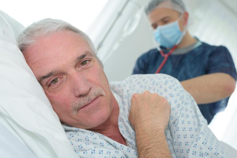 Encontro paciente feliz na cama no hospital imagens de stock royalty free