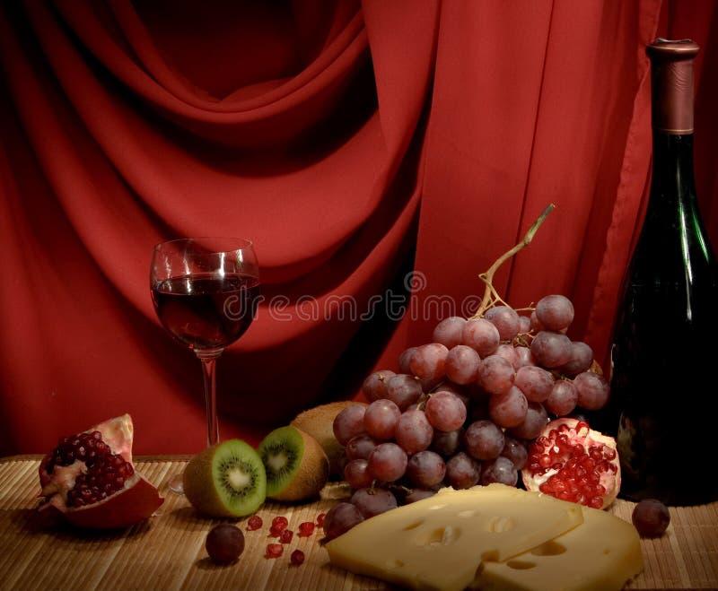 Encore-durée avec du vin, fromage et raisins image libre de droits