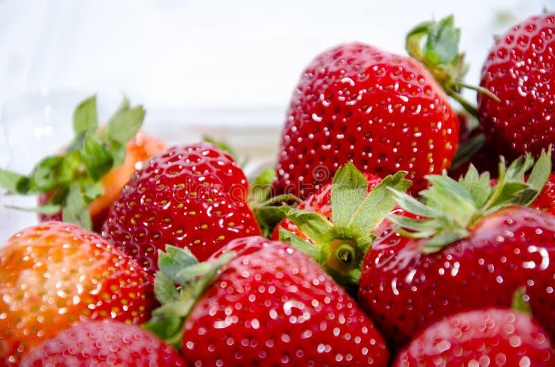 Encore plus de fraise douce superbe ; s avec les dessus verts images stock
