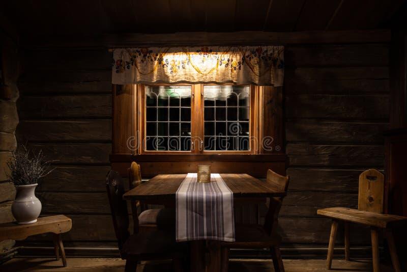 Encore vie à la mise en scène et arrangée sombre et rustique déco à l'ancienne dans le style XIXe siècle Chêne en bois et chêne e photos stock