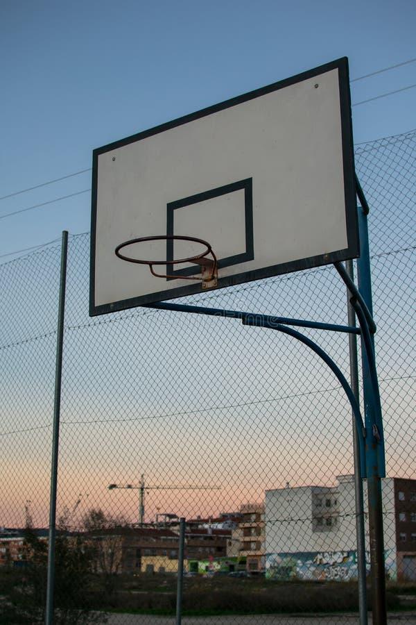 Encosto de basquetebol velho na corte exterior da rua fotos de stock royalty free