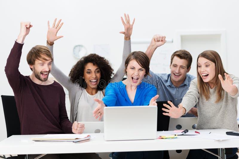 Encourager réussi enthousiaste d'équipe d'affaires photo stock
