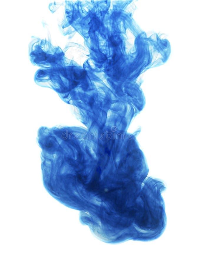 Encre bleue dans l'eau sur le fond blanc images libres de droits