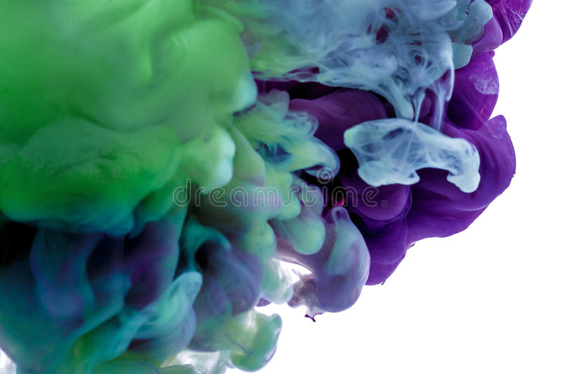 encre colorée baisse bleue pourpre tourbillonnant sous l'eau Nuage d'encre dans l'eau abrégez le fond photographie stock