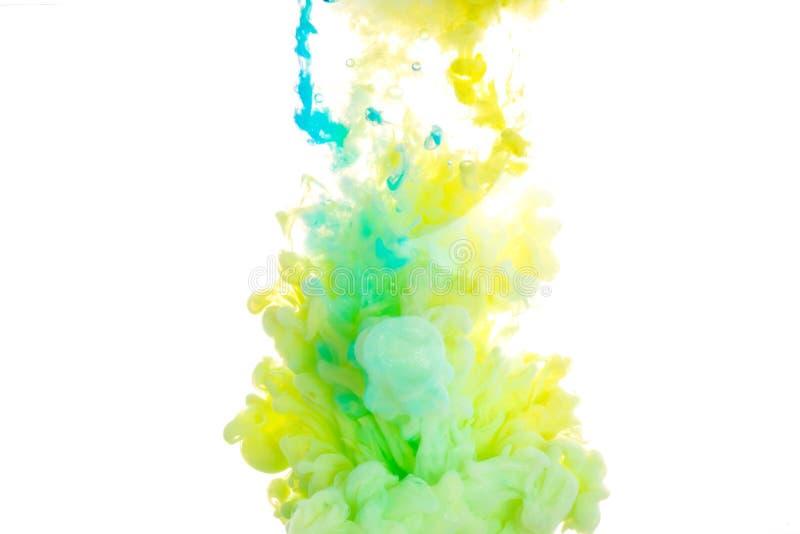 encre Couleurs acryliques jaunes, bleues, et vertes Encre tourbillonnant dans l'eau Explosion de couleur photos libres de droits