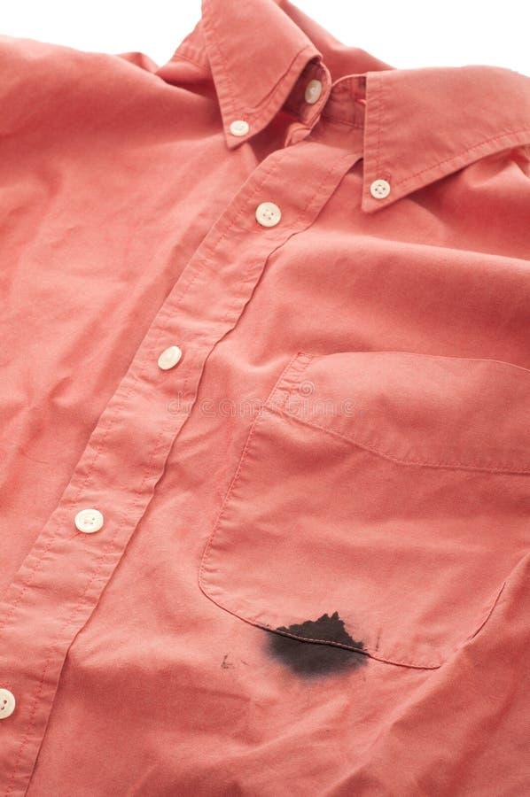 Encre de chemise de Mens de plan rapproché souillée par le crayon lecteur inétanche photo libre de droits