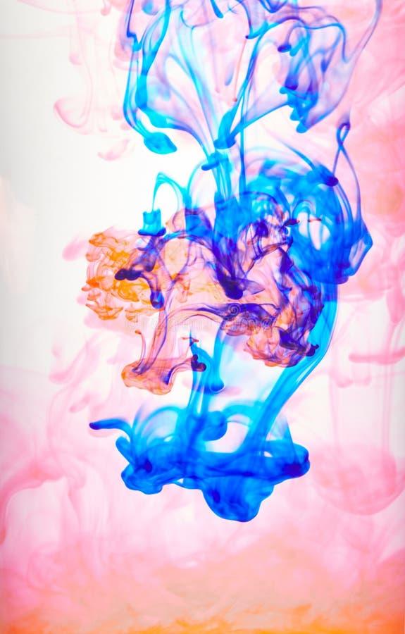 Encre tourbillonnant dans l'eau, baisse de couleur dans l'eau photographi?e dans le mouvement photos libres de droits