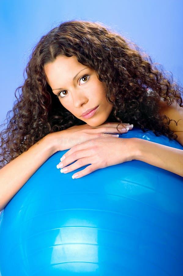 Encrespa a mujeres del pelo en bola azul de los pilates fotografía de archivo