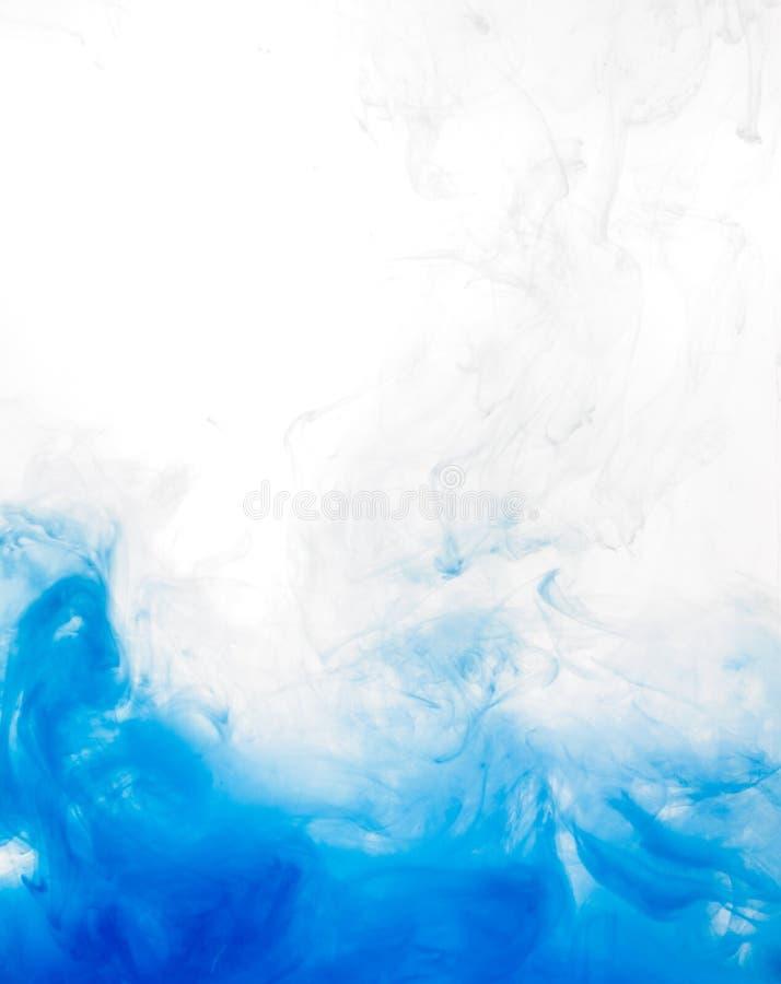 Encrez le remous dans l'eau d'isolement sur le fond blanc La peinture dans l'eau Diffusion douce gouttelettes d'encre bleue dedan photographie stock