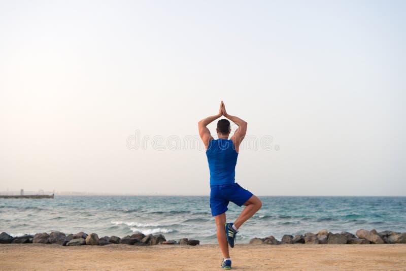 Encuentre la balanza y una con la naturaleza Armonía y balanza del hallazgo de las ayudas de la práctica de la yoga Playa practic fotografía de archivo libre de regalías