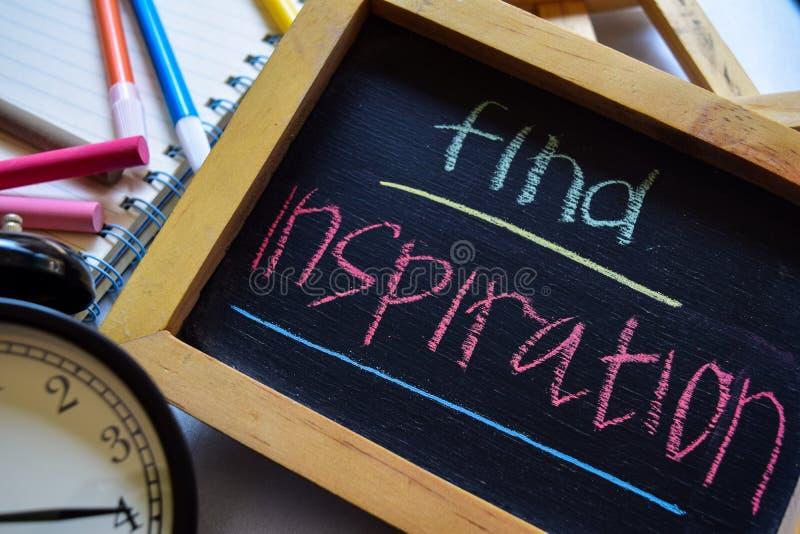 Encuentre la inspiración en manuscrito colorido de la frase en la pizarra, el despertador con la motivación y conceptos de la edu imagen de archivo libre de regalías