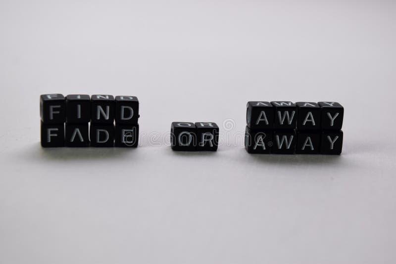 Encuentre lejos o descolórese lejos en bloques de madera Concepto de la motivaci?n y de la inspiraci?n fotos de archivo