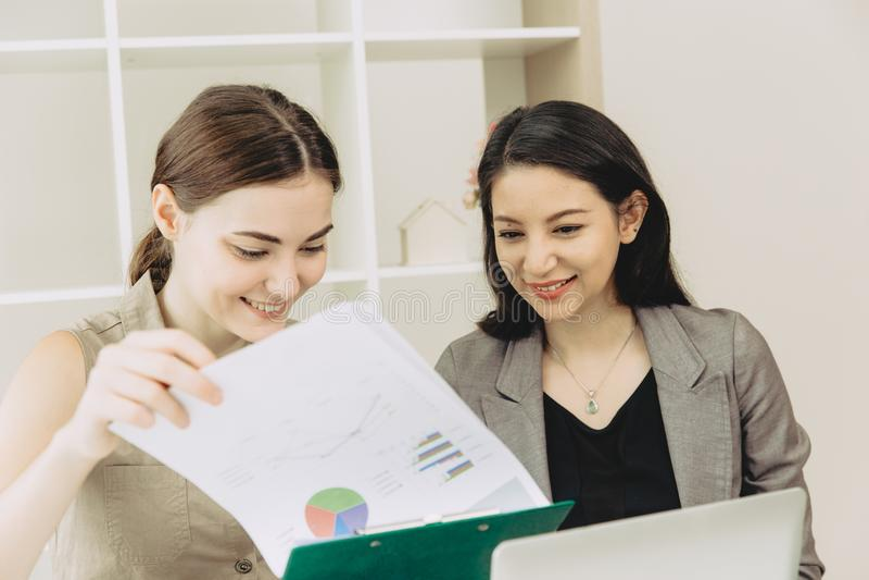 Encuentro de co-trabajo del trabajador del equipo de la empresaria junto imagen de archivo libre de regalías